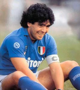 Maradona-con-tre-gambe