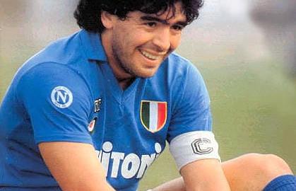 Maradona con tre gambe